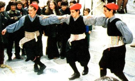 Κορωνιδιάτες νέοι στο χορό (λεπτ.) ΚΟΡΩΝΙΔΙΑΤΙΚΑ ΧΡΟΝΙΚΑ, 102, Ιαν. Φεφ. 2002, σ. 9 (φ. αρχ. Γ.Ι.Μανωλάς)