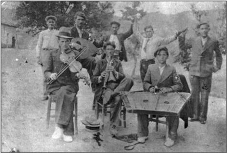 Στην παραπάνω δημοτική κομπανία που συμμετείχε στο πανηγύρι της Παναγίας στο Περίβλεπτο, κλαρίνο παίζει ο Συλεούνης Βασίλης και σαντούρι ο Κουμαντάνος Λαμπράκης, σε νεαρή ηλικία  στο πρωτοξεκίνημά τους. Ανάμεσά τους, ο βιολιτζής Οικονόμου Φώτης από την Πιτσιωτά και ο λαουτιέρης Νιώρας Φώτης, επίσης, από την Πιτσιωτά.